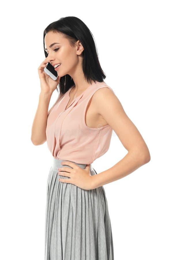 Mujer joven hermosa que habla por el teléfono móvil imagen de archivo