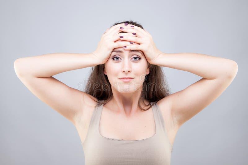 Mujer joven hermosa que hace actitud de la yoga de la cara foto de archivo libre de regalías