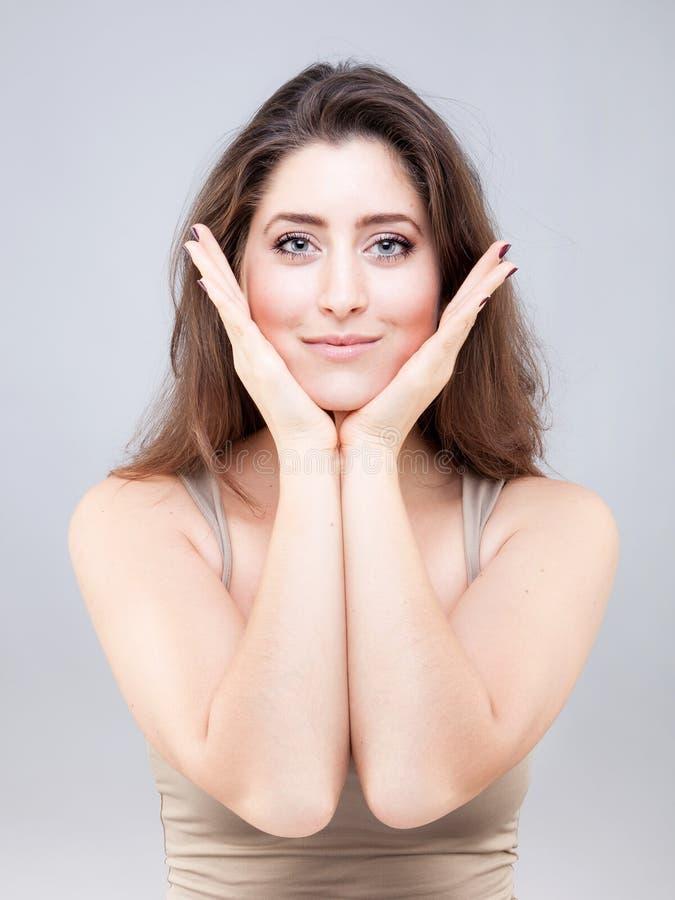 Mujer joven hermosa que hace actitud de la yoga de la cara imagen de archivo libre de regalías