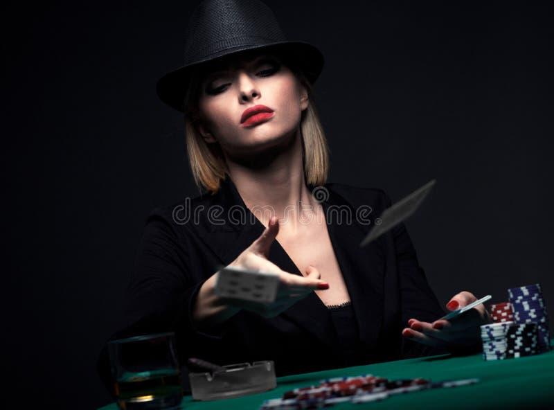 Mujer joven hermosa que juega el póker imagenes de archivo