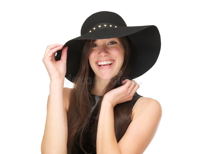 Mujer joven hermosa que lleva el sombrero negro y la risa fotos de archivo