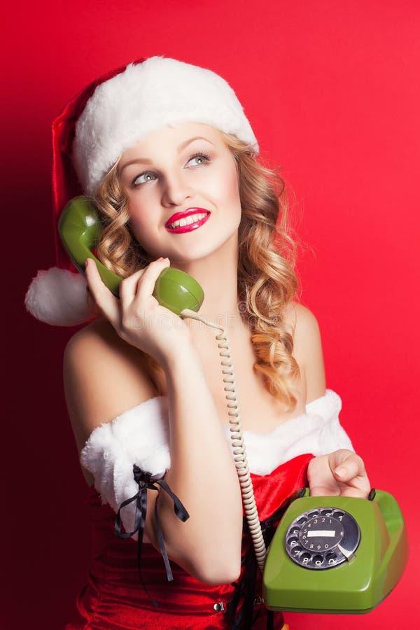 Mujer joven hermosa que lleva el traje de Santa Claus imagenes de archivo
