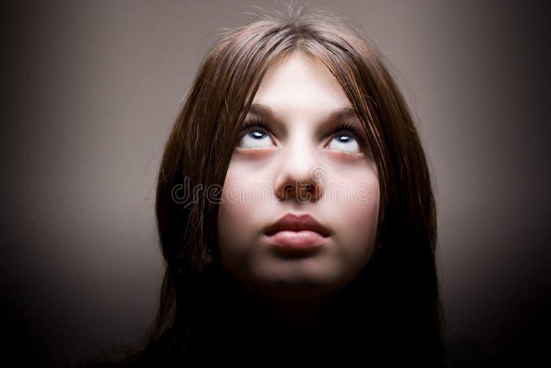 Mujer joven hermosa que mira para arriba fotos de archivo