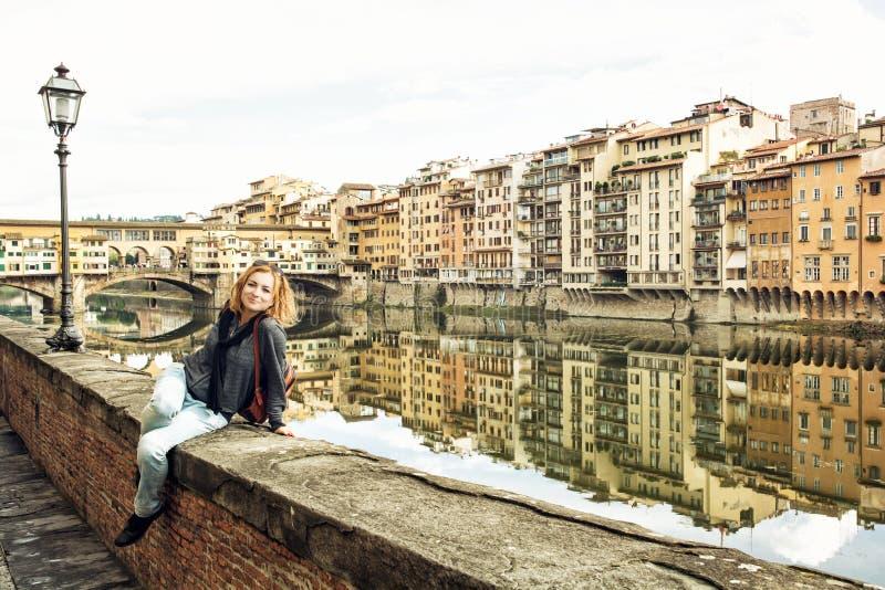 Mujer joven hermosa que presenta delante del puente asombroso Ponte VE imágenes de archivo libres de regalías