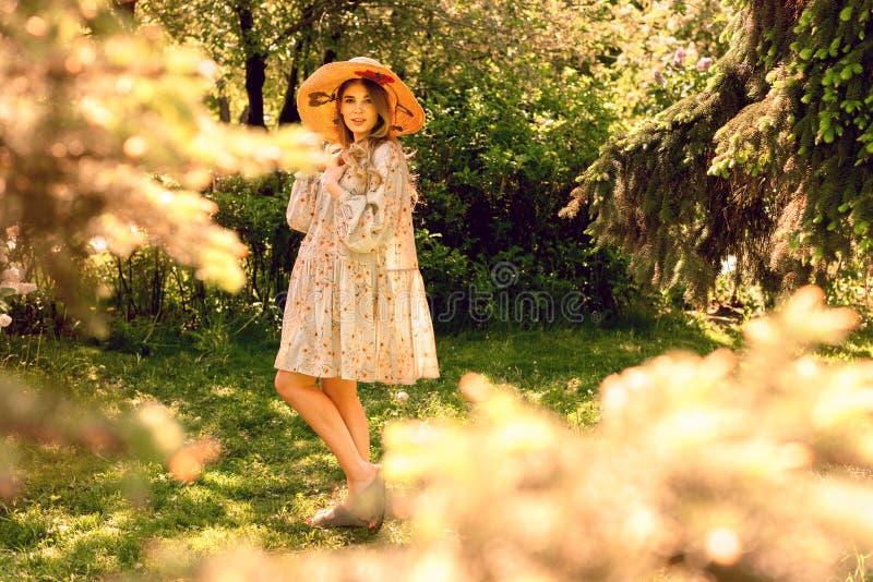 Mujer joven hermosa que presenta en el parque Humor del verano fotos de archivo libres de regalías
