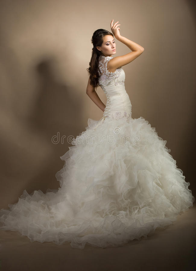 Mujer joven hermosa que presenta en una alineada de boda fotos de archivo libres de regalías