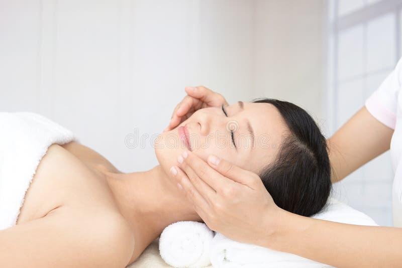 Mujer joven hermosa que recibe masaje facial foto de archivo libre de regalías