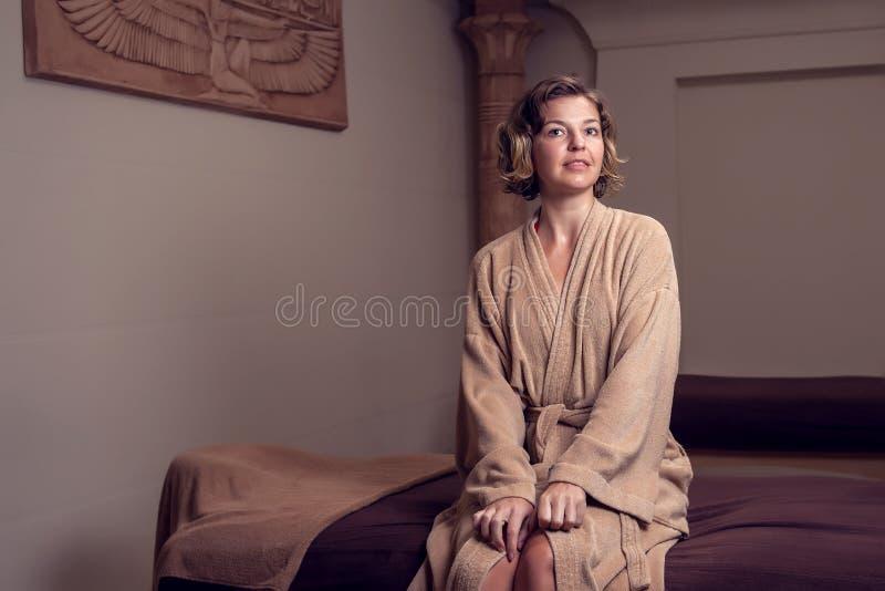 Mujer joven hermosa que relaja y enjoing su tiempo en el concepto del cuidado del salón-balneario, de la belleza, de la gente y d fotos de archivo