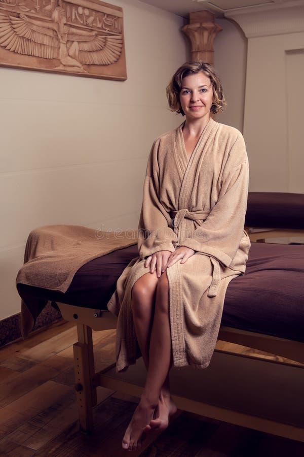 Mujer joven hermosa que relaja y enjoing su tiempo en el concepto del cuidado del salón-balneario, de la belleza, de la gente y d foto de archivo libre de regalías