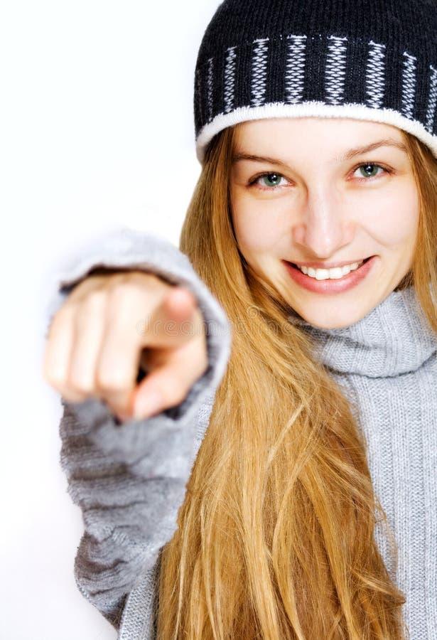 Mujer joven hermosa que señala hacia espectador fotografía de archivo libre de regalías