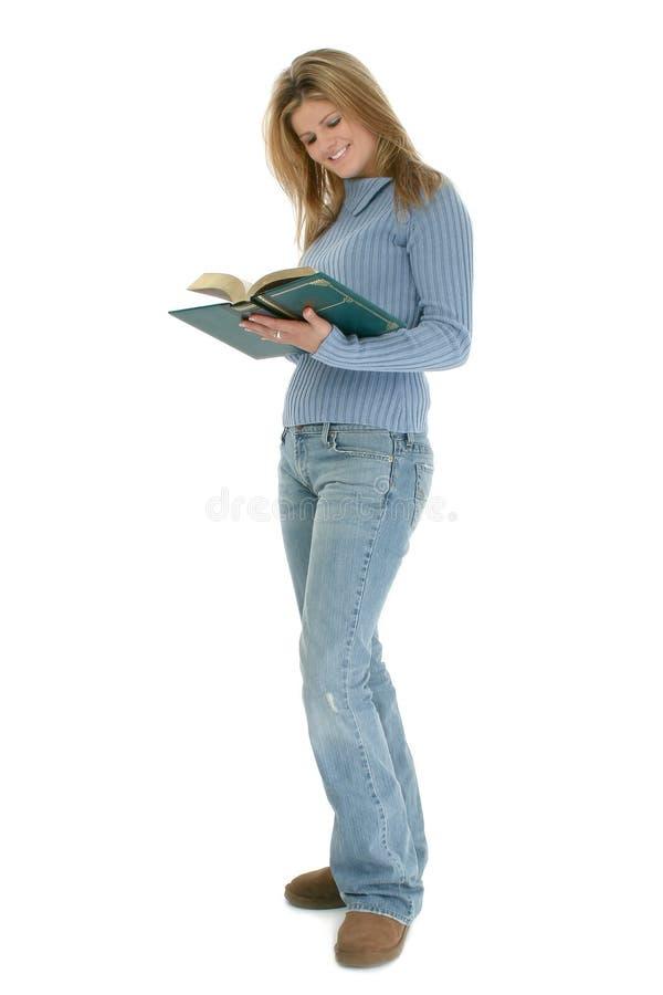 Mujer joven hermosa que se coloca con el libro abierto foto de archivo