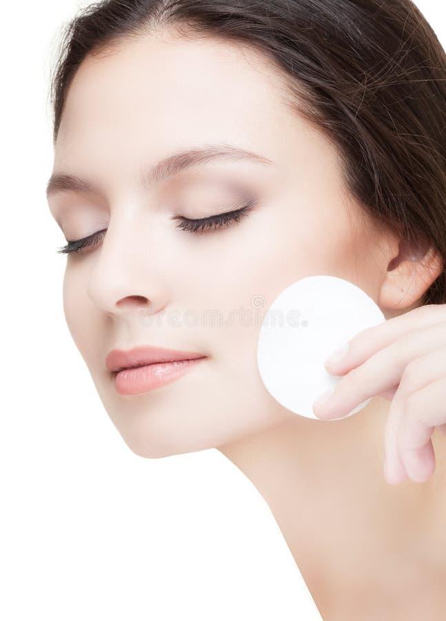 Mujer joven hermosa que se lava la cara imágenes de archivo libres de regalías