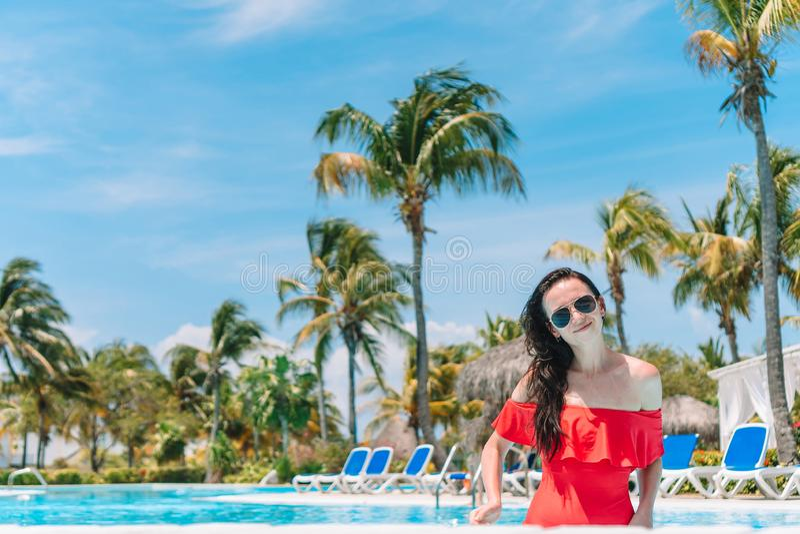 Mujer joven hermosa que se relaja en piscina fotografía de archivo