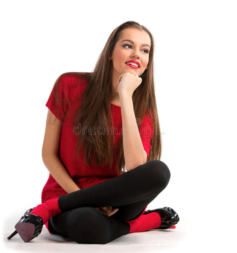 Mujer joven hermosa que se sienta en el suelo imagen de archivo libre de regalías