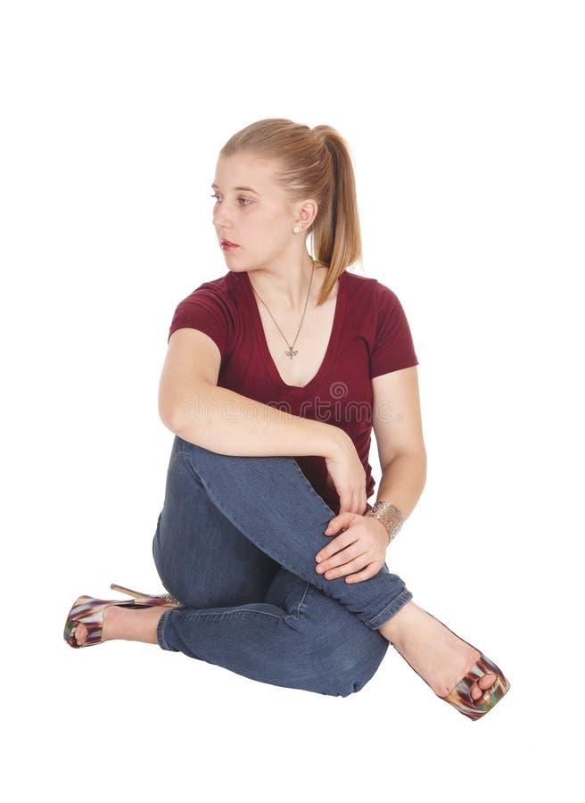Mujer joven hermosa que se sienta en suelo fotos de archivo libres de regalías