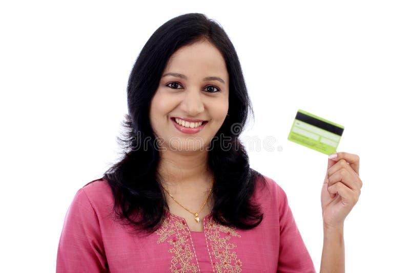 Mujer joven hermosa que sostiene la tarjeta de crédito foto de archivo