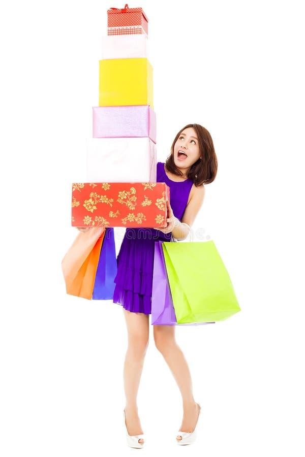Mujer joven hermosa que sostiene las cajas del panier y de regalo foto de archivo