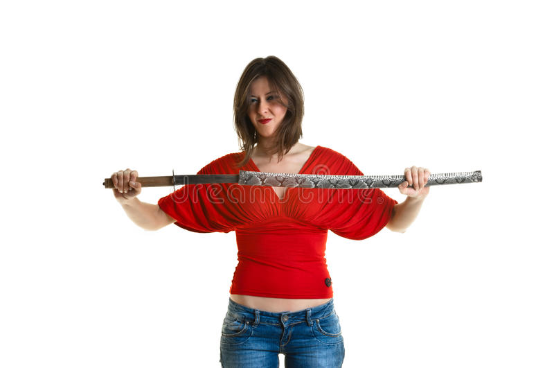 Mujer joven hermosa que sostiene un katana imagen de archivo