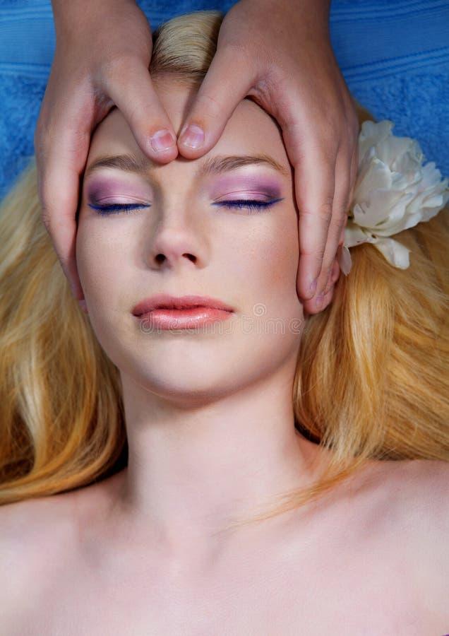 Mujer joven hermosa que tiene masaje imagen de archivo