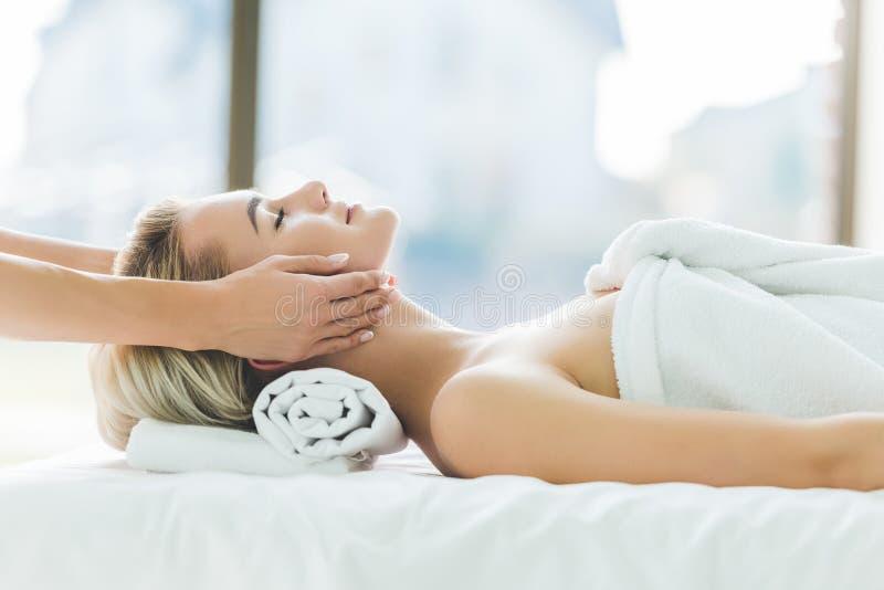 mujer joven hermosa que tiene masaje facial foto de archivo libre de regalías