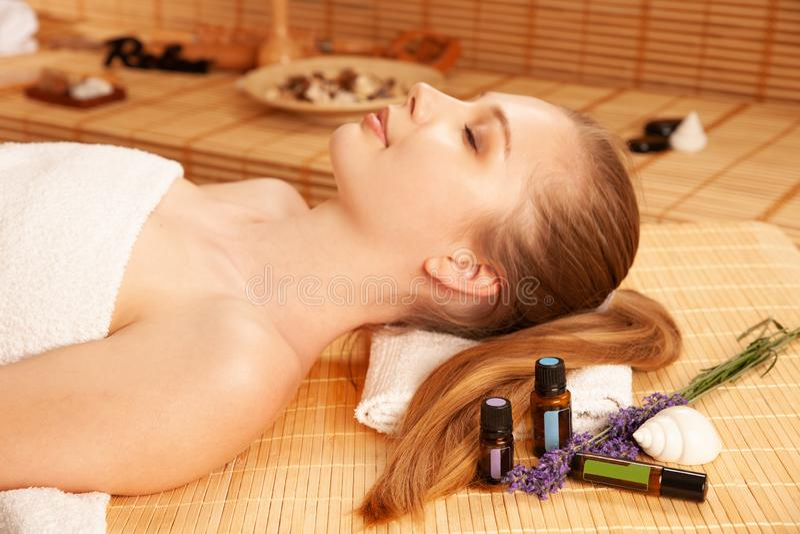 Mujer joven hermosa que tiene un masaje de cara en salón del balneario - salud imágenes de archivo libres de regalías