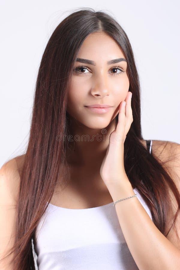 Mujer joven hermosa que toca su cara Concepto del cuidado de piel fotografía de archivo libre de regalías