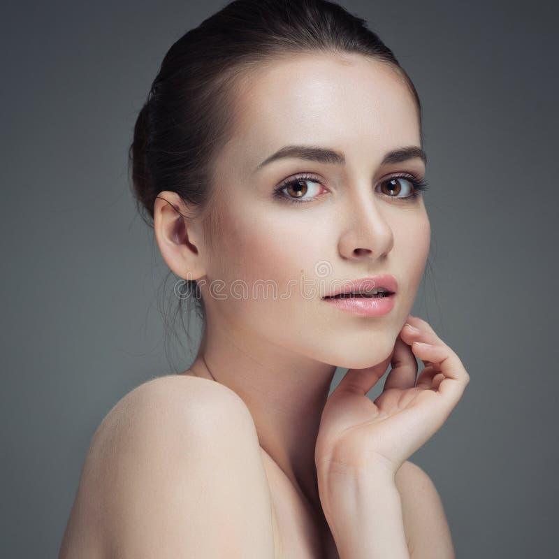 Mujer joven hermosa que toca su cara Piel sana fresca Aislado fotografía de archivo