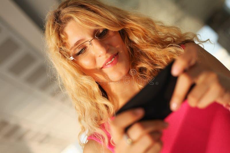 Mujer joven hermosa que usa el teléfono elegante imagen de archivo libre de regalías