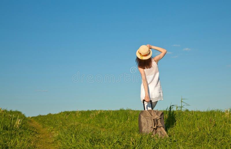 Mujer joven hermosa que viaja con una maleta imagenes de archivo