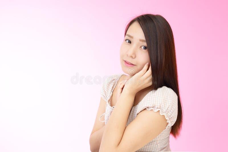 Mujer joven hermosa relajada fotografía de archivo