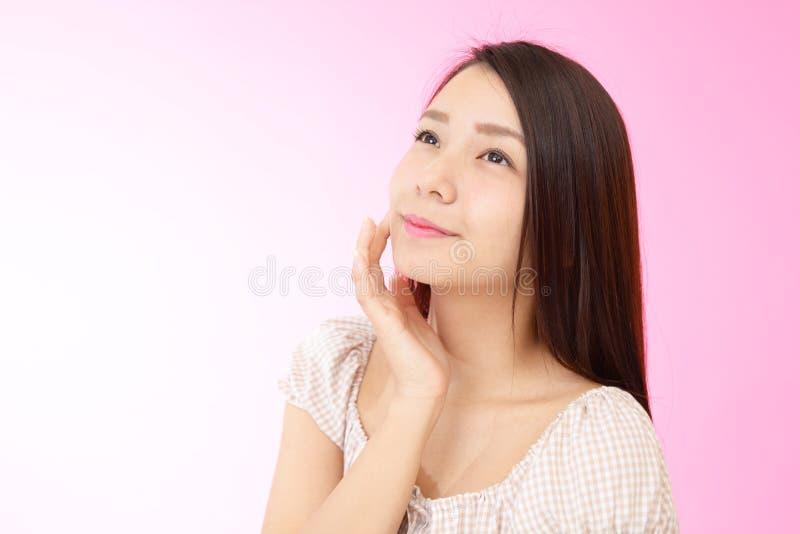 Mujer joven hermosa relajada imagen de archivo