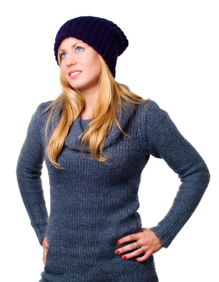 Mujer joven hermosa sonriente en ropa del invierno fotos de archivo
