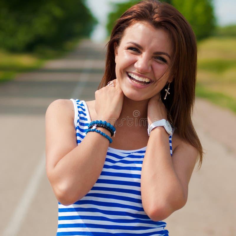 Mujer joven hermosa sonriente feliz al aire libre en a fotografía de archivo