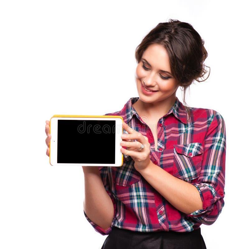Mujer joven hermosa sonriente feliz que muestra la PC en blanco de la tableta para el copyspace imagen de archivo libre de regalías