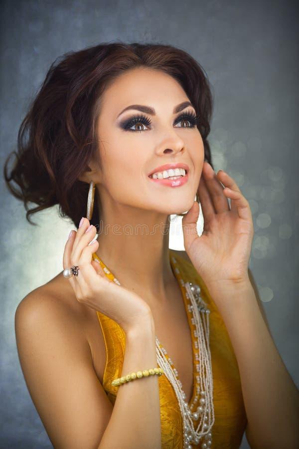 Mujer joven hermosa sorprendida feliz imagenes de archivo