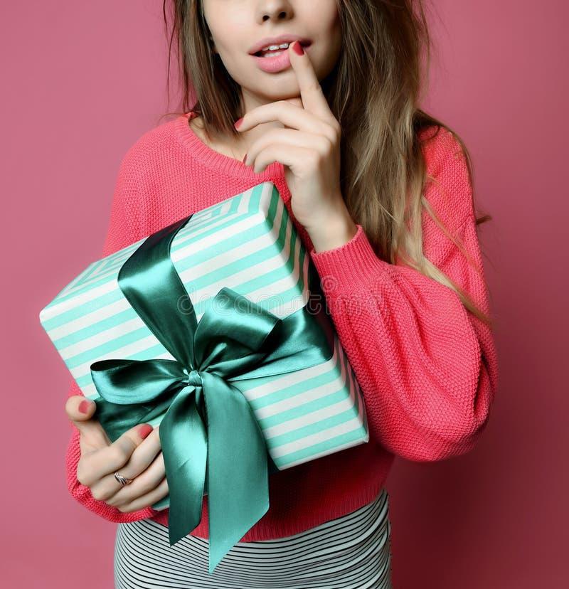 Mujer joven hermosa sostener la caja de regalo en colores pastel de los regalos de Navidad del color verde para la celebración de fotografía de archivo
