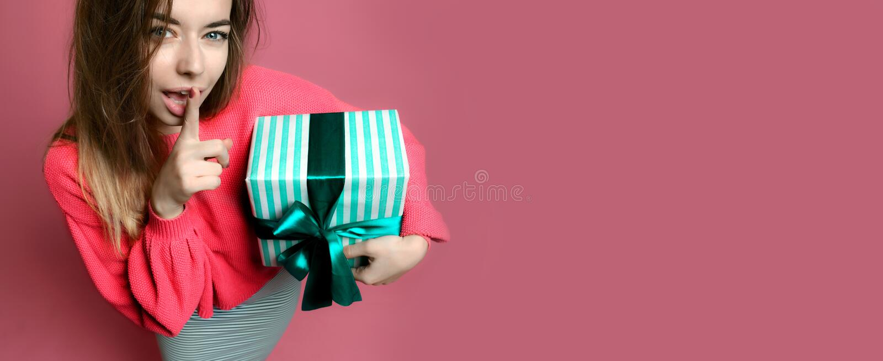 Mujer joven hermosa sostener la caja de regalo en colores pastel de los regalos de Navidad del color verde por Año Nuevo o cumple fotografía de archivo