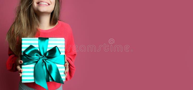 Mujer joven hermosa sostener la caja de regalo en colores pastel de los regalos de Navidad del color verde por Año Nuevo o cumple imágenes de archivo libres de regalías