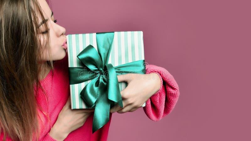 Mujer joven hermosa sostener la caja de regalo en colores pastel de los regalos de Navidad del color verde por Año Nuevo o cumple foto de archivo