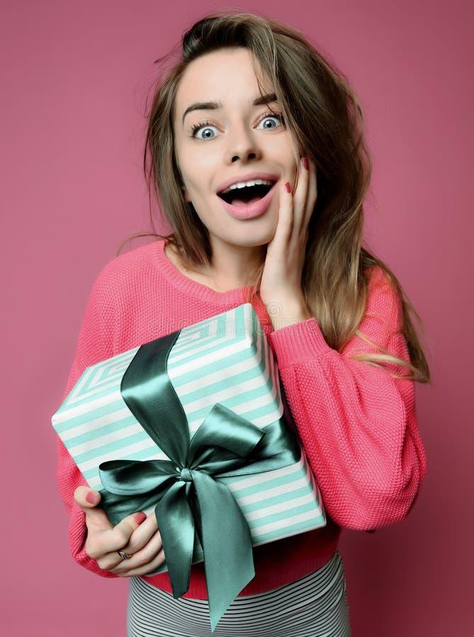 Mujer joven hermosa sostener la caja de regalo en colores pastel de los regalos de Navidad del color verde por el Año Nuevo o el  imagenes de archivo