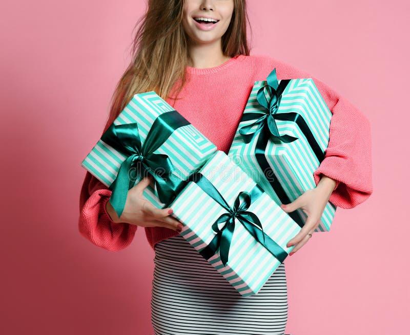 Mujer joven hermosa sostener las cajas de regalo en colores pastel de los regalos de Navidad del color verde para la celebración  fotografía de archivo libre de regalías