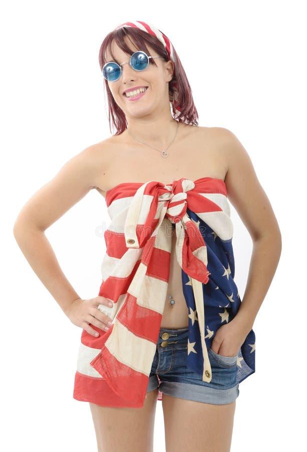Mujer joven hermosa vestida con la bandera americana imagenes de archivo