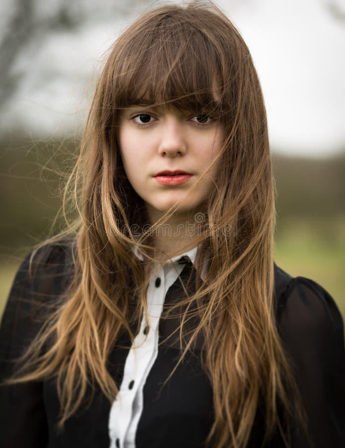 Mujer joven hermosa vestida en negro en un campo fotos de archivo