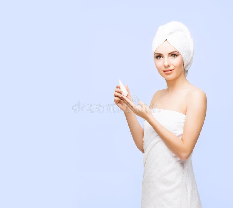 Mujer joven, hermosa y natural envuelta en la toalla aislada encendido imágenes de archivo libres de regalías