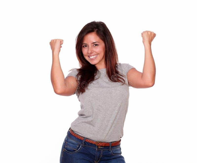 Mujer joven hispánica emocionada que celebra una victoria fotografía de archivo