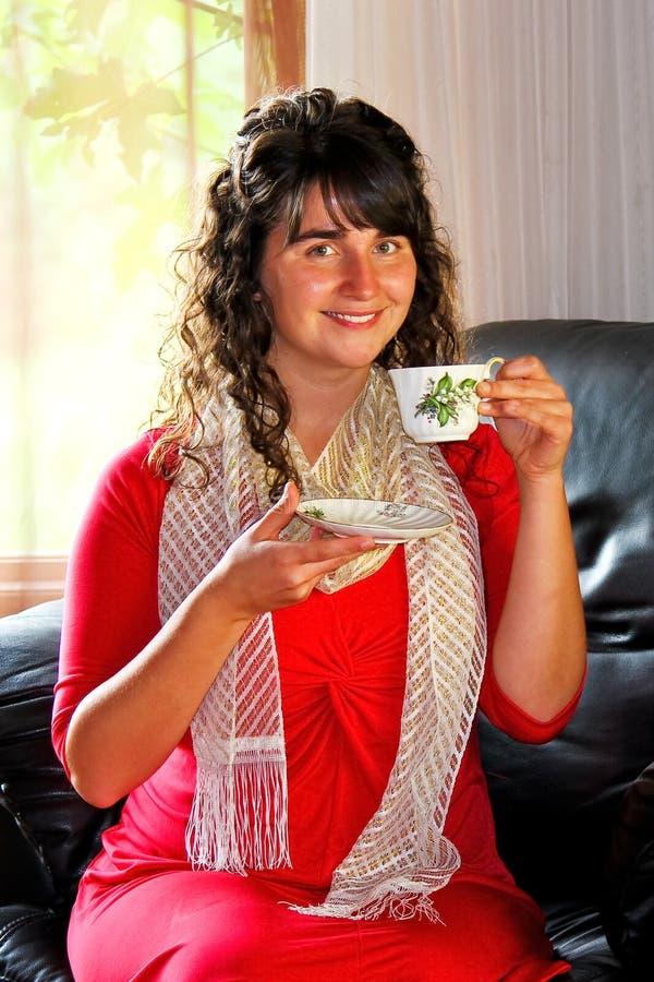 Mujer joven interior imagen de archivo libre de regalías