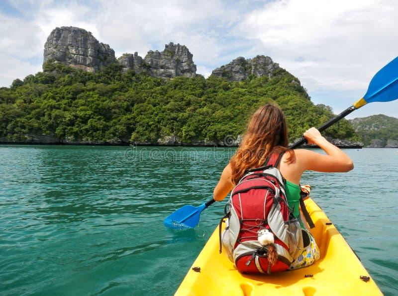 Mujer joven kayaking en Ang Thong National Marine Park, Tailandia fotos de archivo libres de regalías