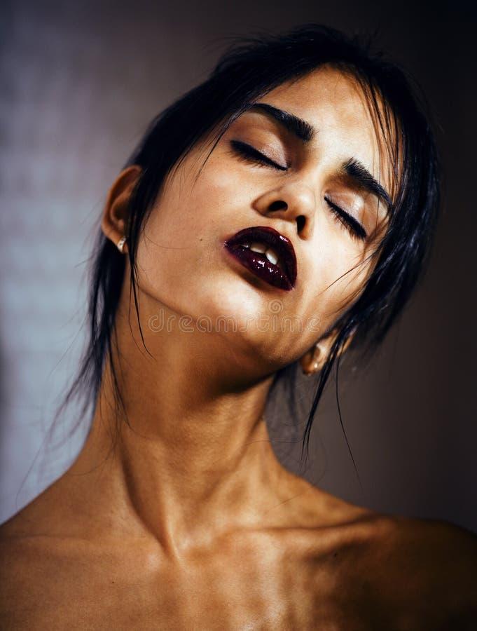 Mujer joven latina de la belleza en la depresión, mirada de la desesperación imágenes de archivo libres de regalías