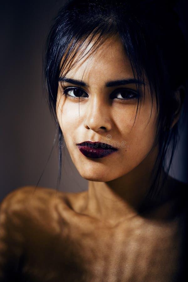 Mujer joven latina de la belleza en la depresión, mirada de la desesperación, fashi fotos de archivo
