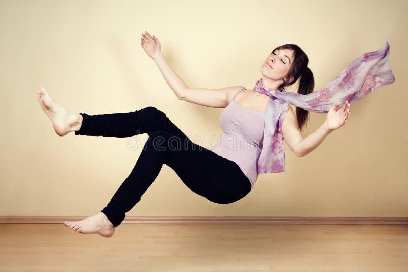 Mujer joven levitating foto de archivo libre de regalías